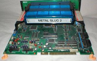 La cartouche MVS Metal Slug 2 connectée au système NeoGeo MVS